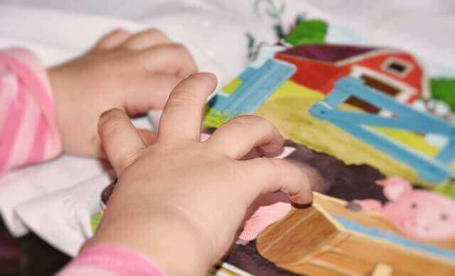 Kuvakortit voivat auttaa kielellisiä vaikeuksia omaavaa lasta.
