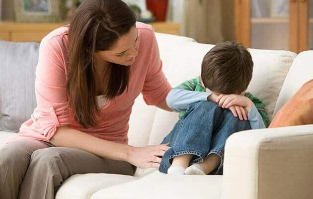 äiti yrittää lohduttaa poikaa