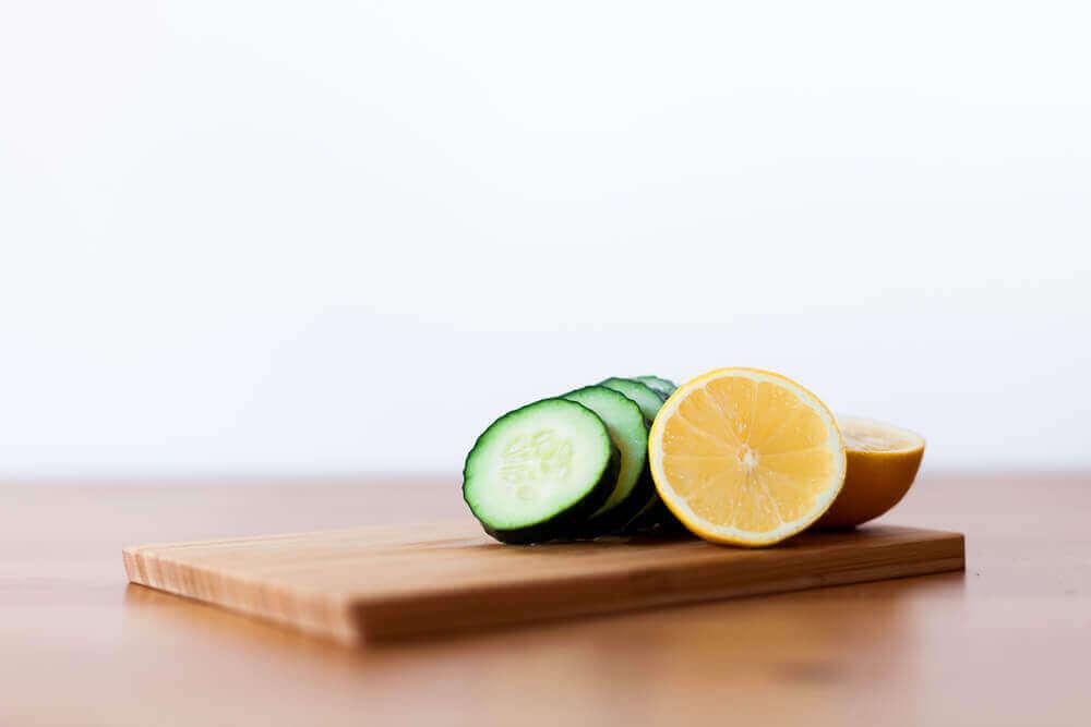 kurkku ja sitruuna leikkuulaudalla