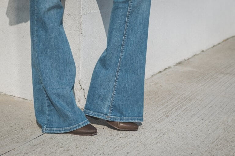 Leveät lahkeet ja korkea vyötärö saavat jalat näyttämään pitkiltä.