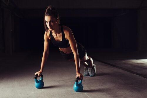 nainen treenaa kahvakuulilla