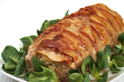 Kokeile marinoida liha punaviinillä ja yrteillä.