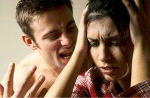 nainen on verbaalisen väkivallan uhri