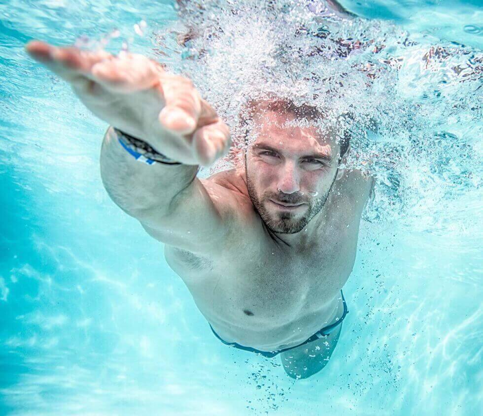 mies harrastaa uintia