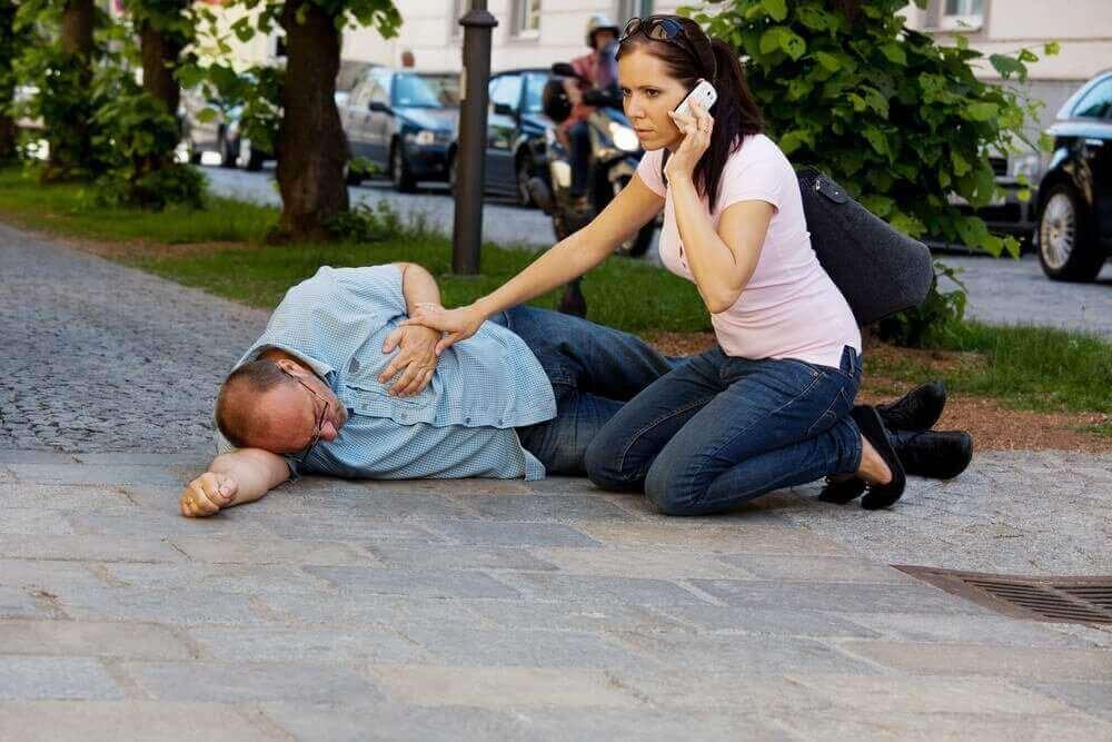 Ensiapu sydänkohtaukseen ja -pysähdykseen: soita hätänumeroon välittömästi.