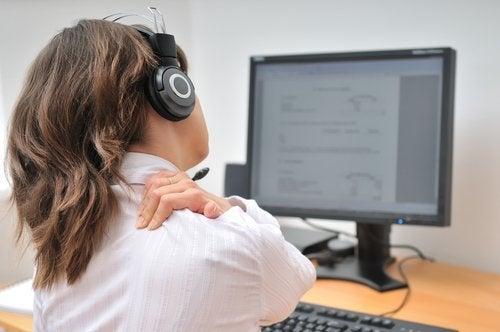nainen tietokoneen edessä