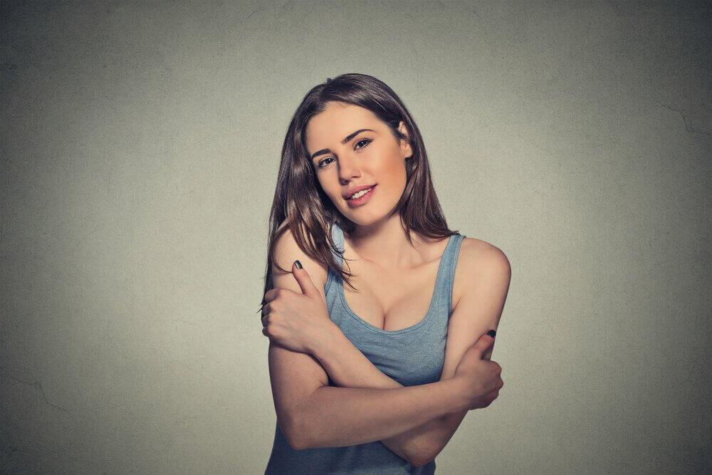 nainen halaa itseään