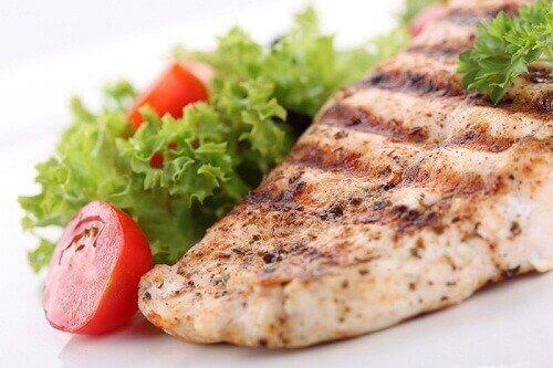 Lounaaksi voit syödä kalaa ja salaattia.