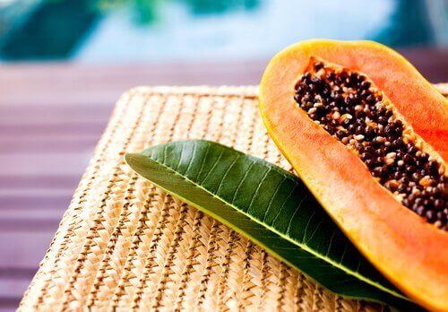 papaijan siemeniä ja lehti