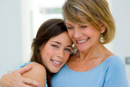 narsistinen äiti ja tytär halaavat