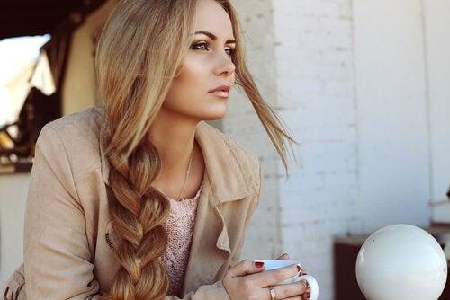 Neljä vinkkiä saadaksesi pitkät ja terveet hiukset
