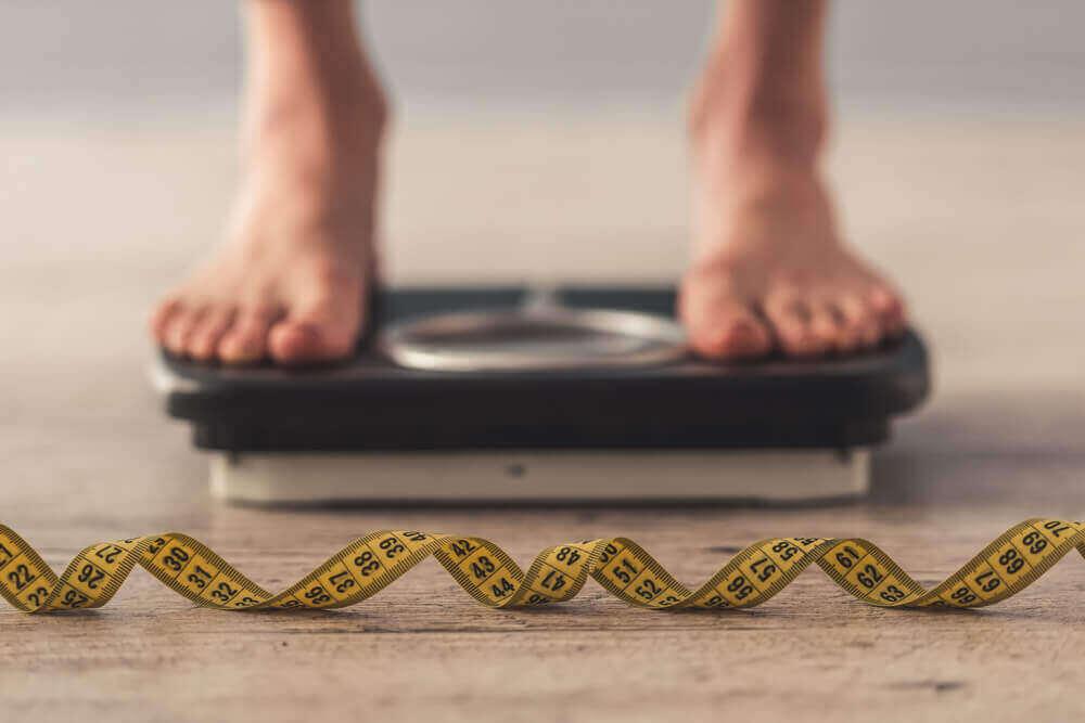 Tasapainoinen ruokavalio ja säännöllinen liikuntarutiini auttaa pudottamaan painoa.