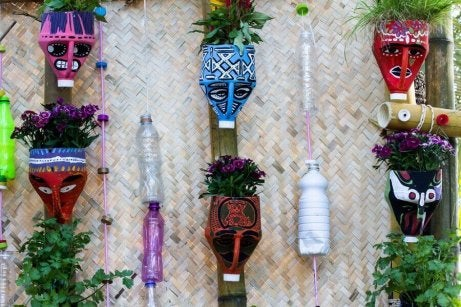 Voit valmistaa kukkaruukkuja vanhoista pulloista.