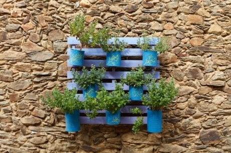 Itsetehdyt kukkaruukut voi valmistaa vanhoista tölkeistä.