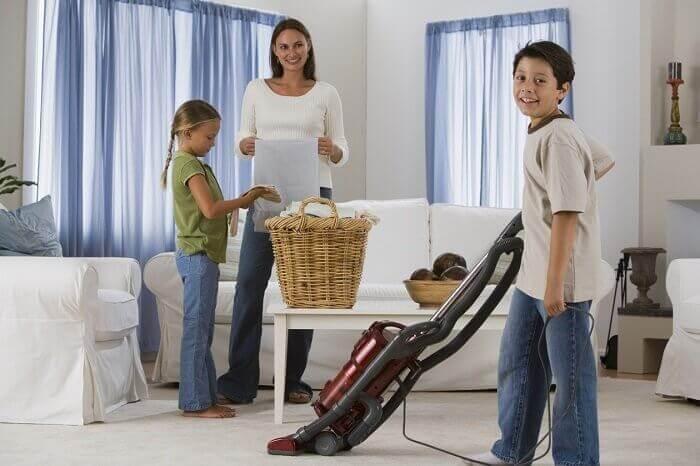 perhe siivoaa yhdessä