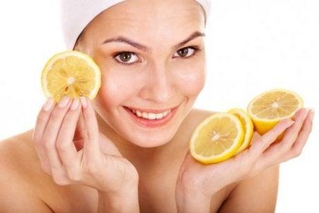 Voit käyttää sitruunaa tali-ihottuman hoitoon.