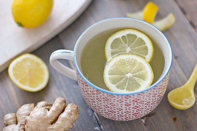 kipeän kurkun hoito: sitruunavesi