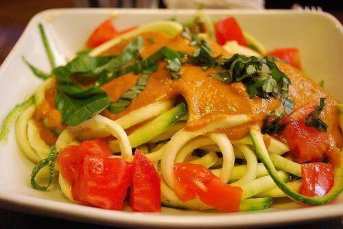 Höyrytetyt kasvikset spagetin kanssa.