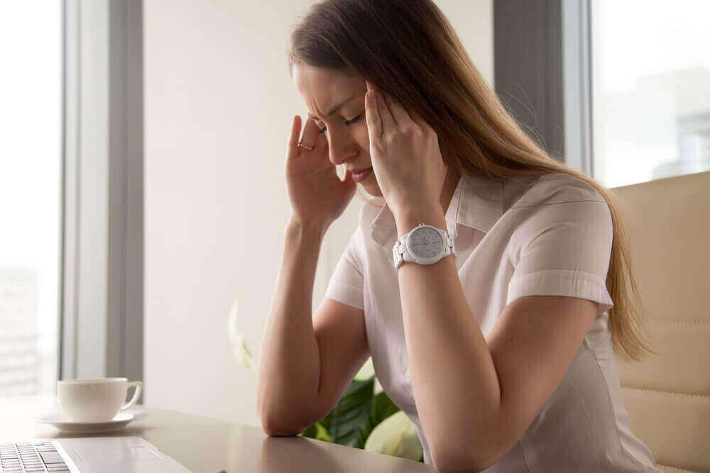 naisella on päänsärkyä