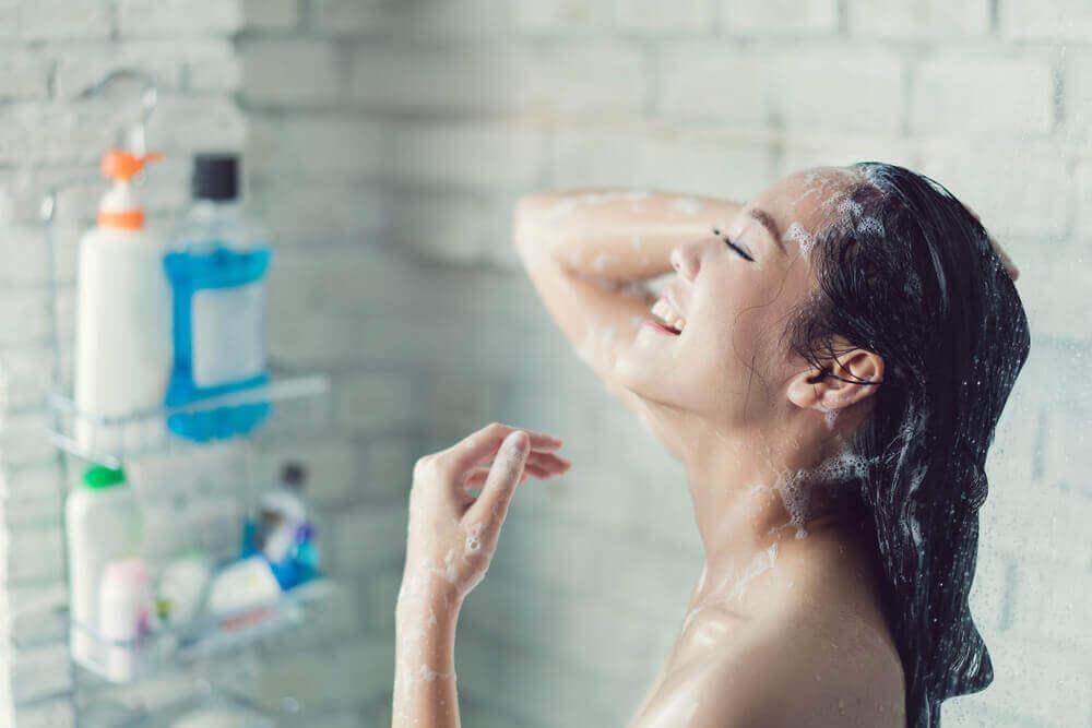 kipeän kurkun hoito: kuuma suihku