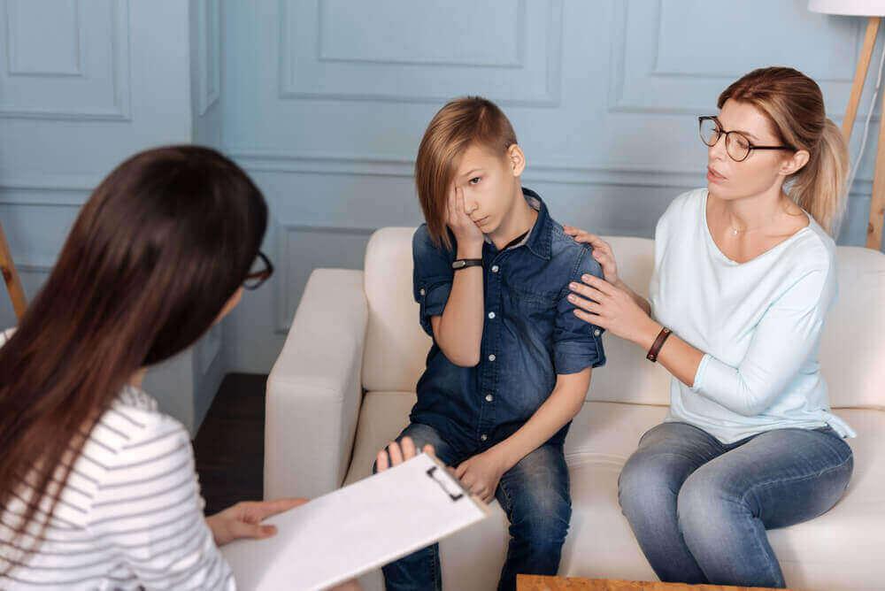 terapeutti auttaa lapsen uhma