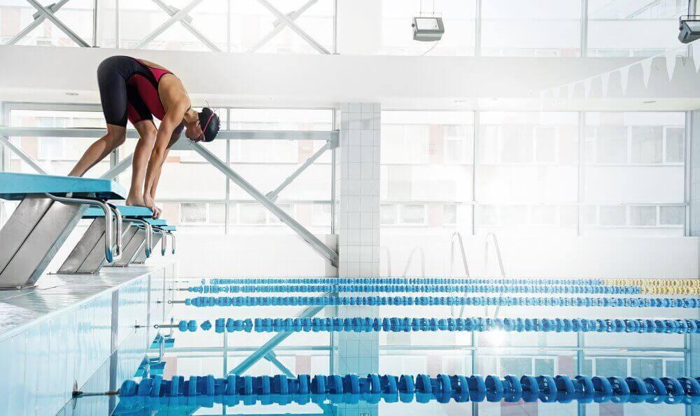 nainen on valmiina hyppäämään veteen uimaan