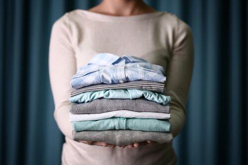 vaatteet siististi pinossa