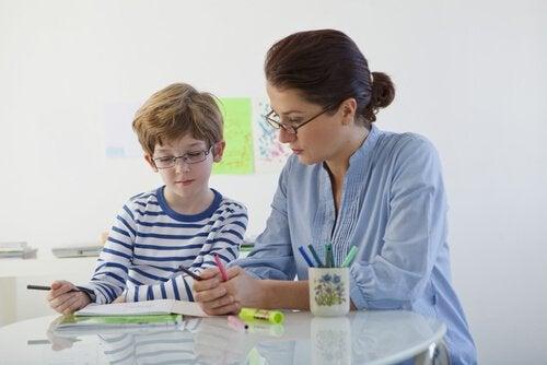 poika ja äiti tekevät kotiläksyjä