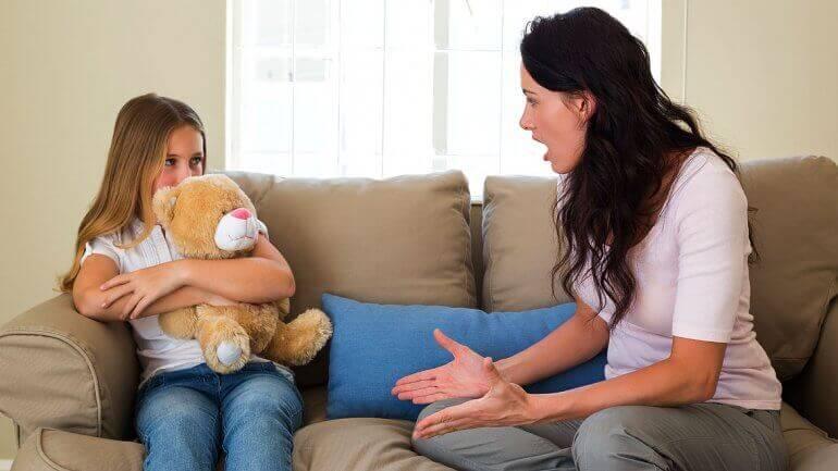 äiti ja tytär keskustelevat sohvalla