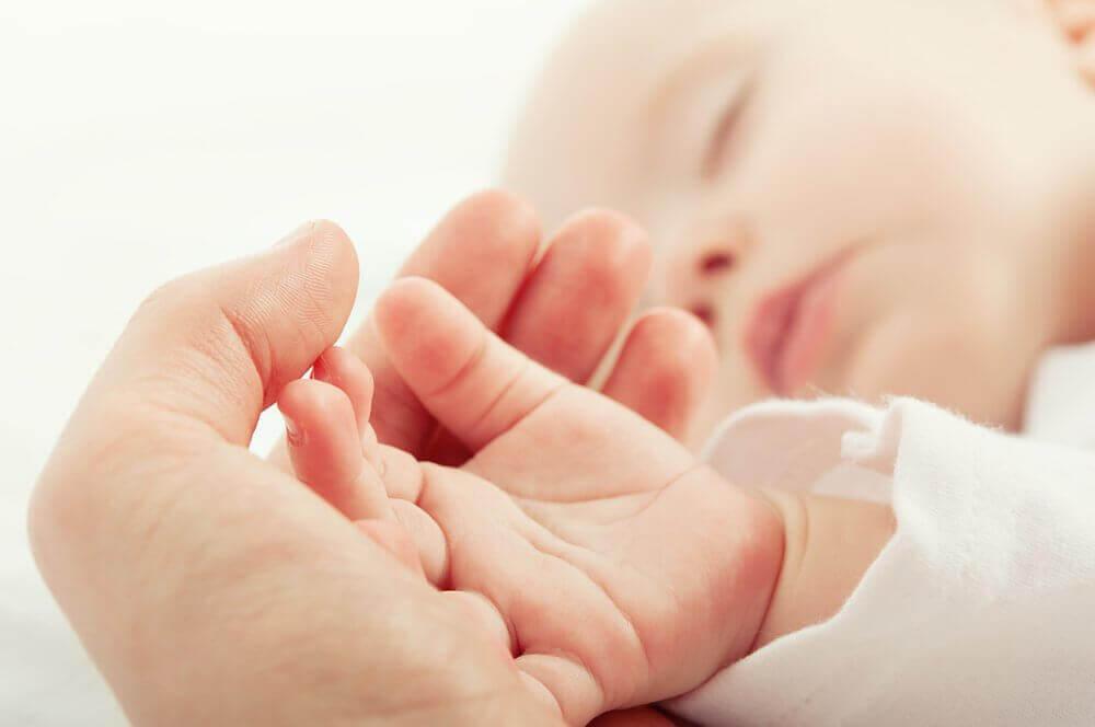 vauvan käsi äidin kädessä