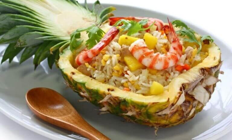 Ananas-katkarapusalaatti auttaa ummetukseen.