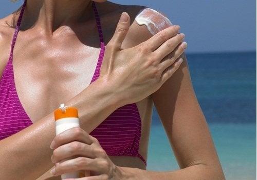 ehkäise käsien ikääntyminen käyttämällä aurinkorasvaa