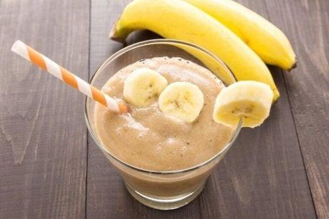 Kurkumalla maustettu banaanipirtelö on herkullinen ja antaa potkua päivään.