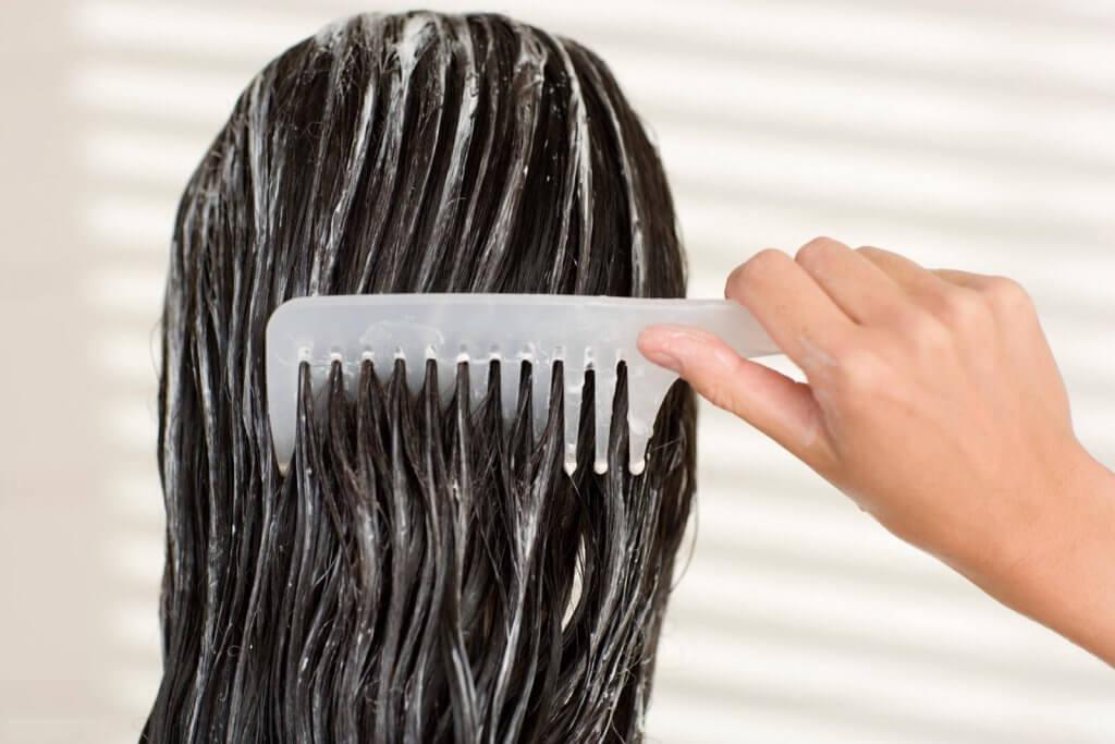 hiuksissa hoitoainetta