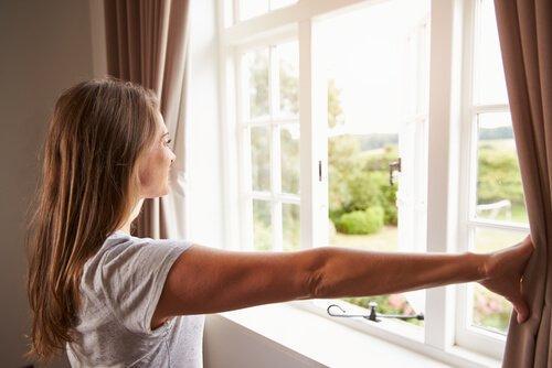 kun poistat hometta kotoa, avaa verhot ja ikkunat