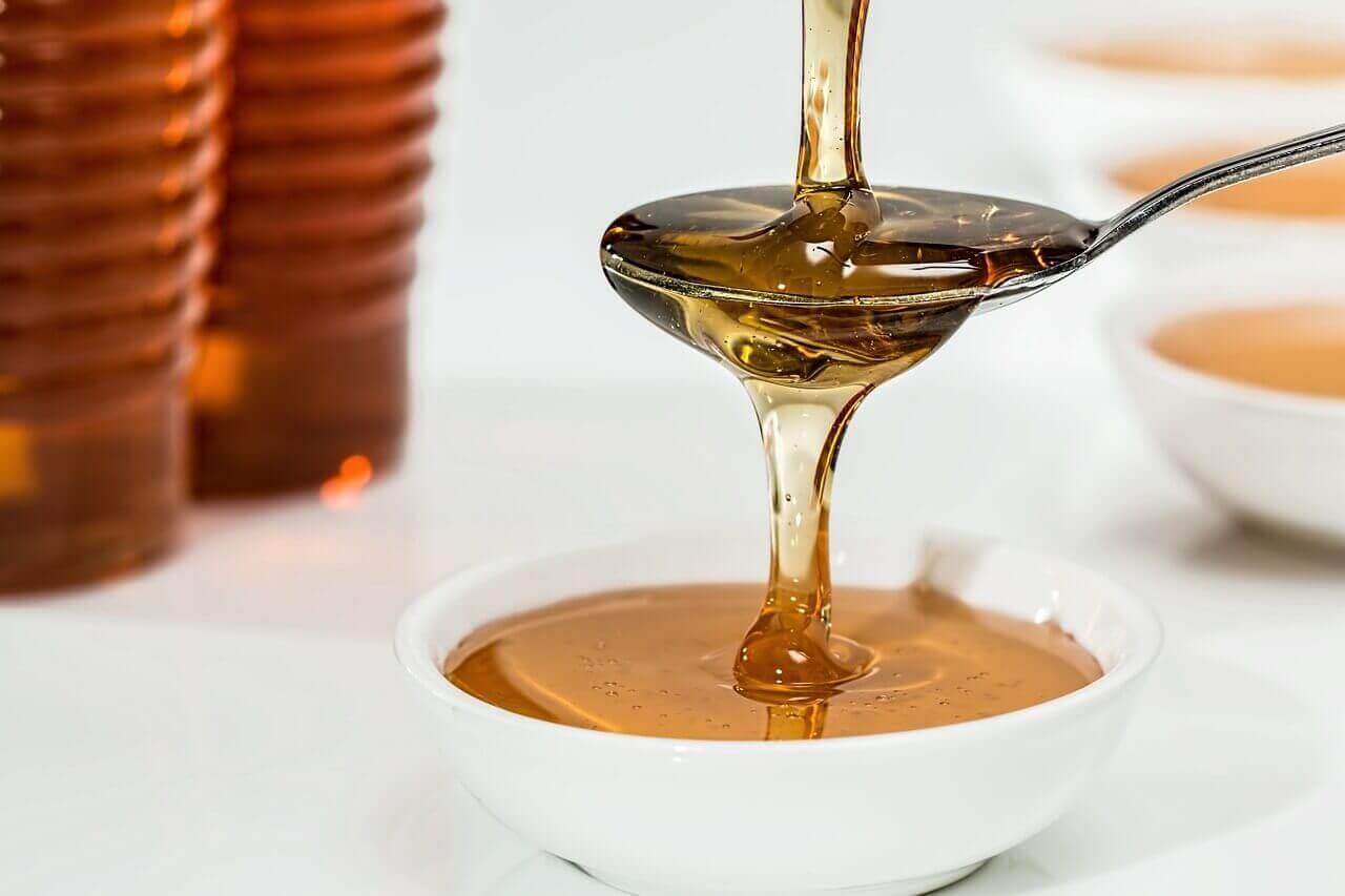 Eroon hilseestä hunajalla