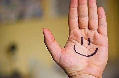 käteen on piirretty hymynaama