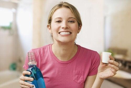 Kokeile tätä hoitoa ientulehdukseen: valmista itse suuvettä luonnollisista aineksista.