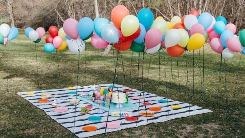 voit koristella ilmapalloilla ulkojuhlat