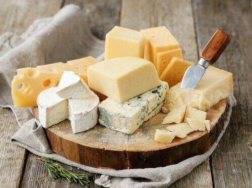 erilaisia juustoja