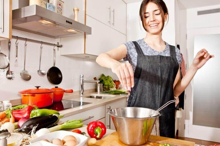 nainen kokkaa maistuvia kasviksia