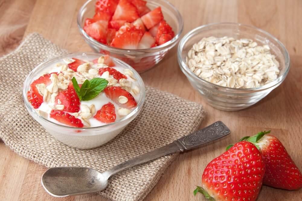 kauraa mansikoiden ja jogurtin kera
