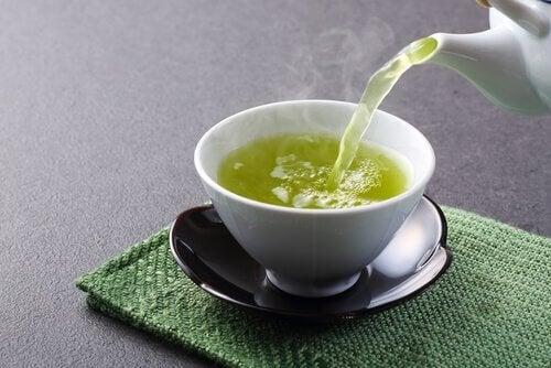 ala vähentämään kuukautisvuotoa nauttimalla vihreää teetä