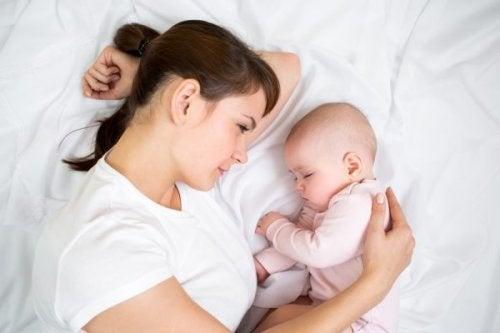 Samanlaisena toistuva iltarutiini auttaa vauvaa nukkumaan paremmin.