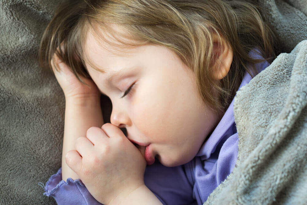 4 vinkkiä saada lapsi lopettamaan peukalon imeminen