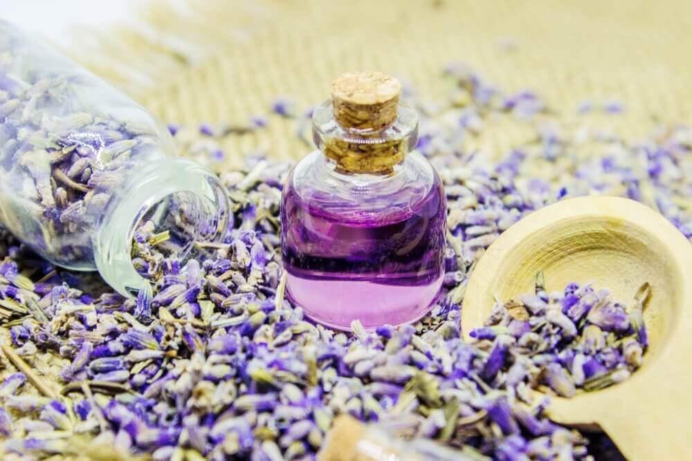 Käytä laventelia öljyn muodossa luonnollisena lihasrelaksanttina.