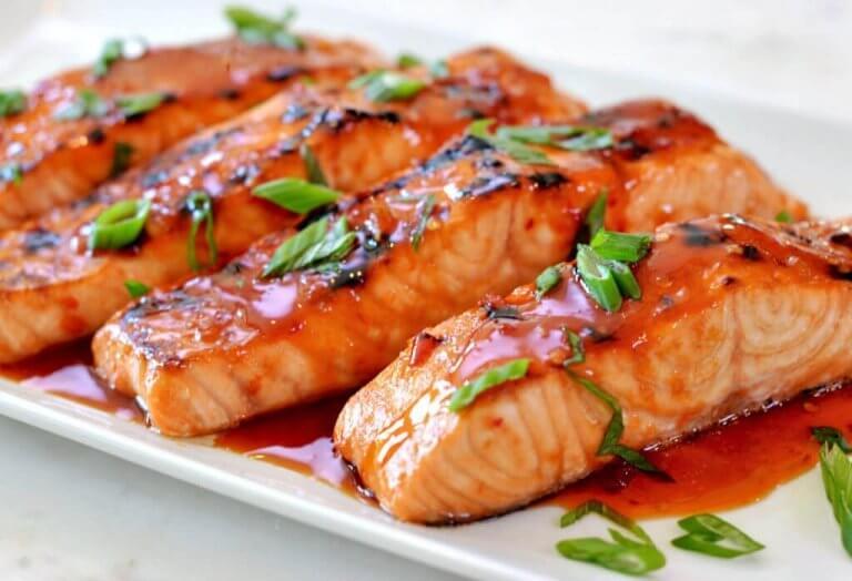 Voit valmistaa terveellistä ja herkullista lohta sitruunakastikkeella helposti.