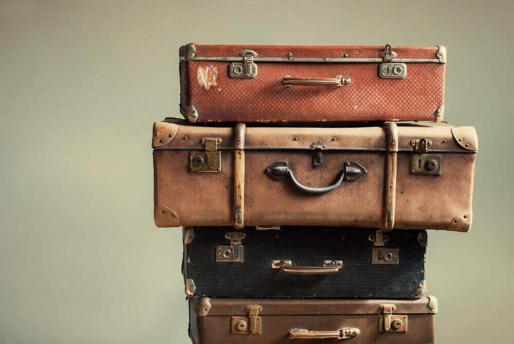 yöpöytä kasaamalla vanhoja matkalaukkuja