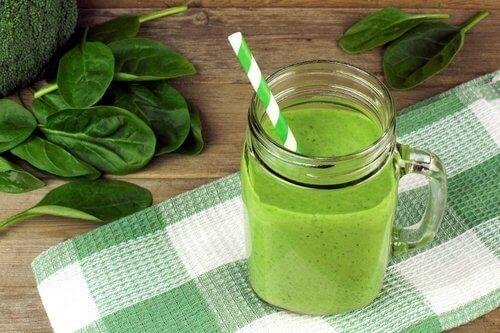 laihduta mehuilla: vihreä pinaattismoothie