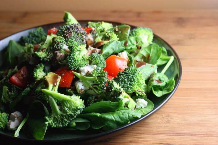 maistuvia kasviksia lautasella